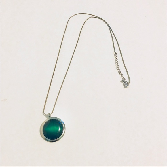 Old Navy Jewelry - Long necklace with green pendant
